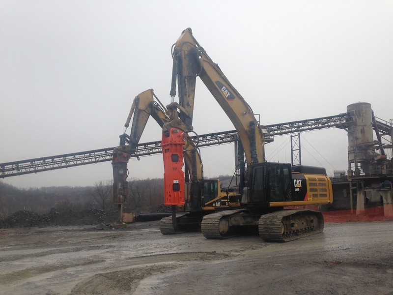NPK GH15 hydraulic hammer on Cat excavator (8).JPG