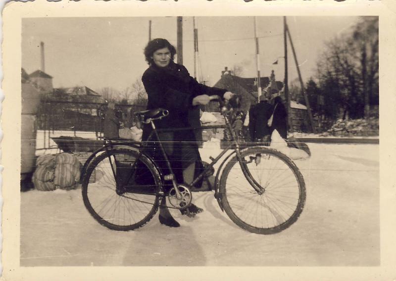 011 Mutti auf der Flucht 1945.JPG