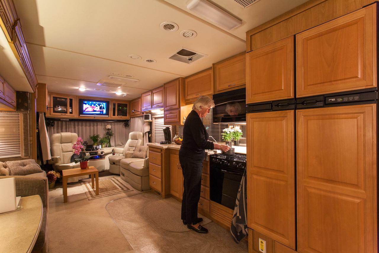 Atie in de keuken, rechts de koel/vrieskast. Attie in the kitchen, at the right the fridge.