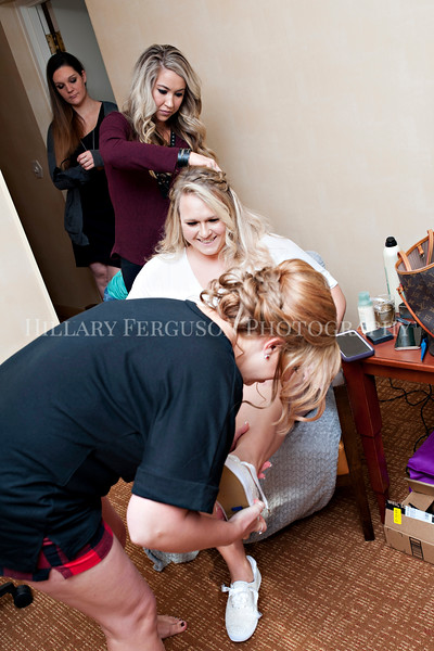 Hillary_Ferguson_Photography_Melinda+Derek_Getting_Ready045.jpg