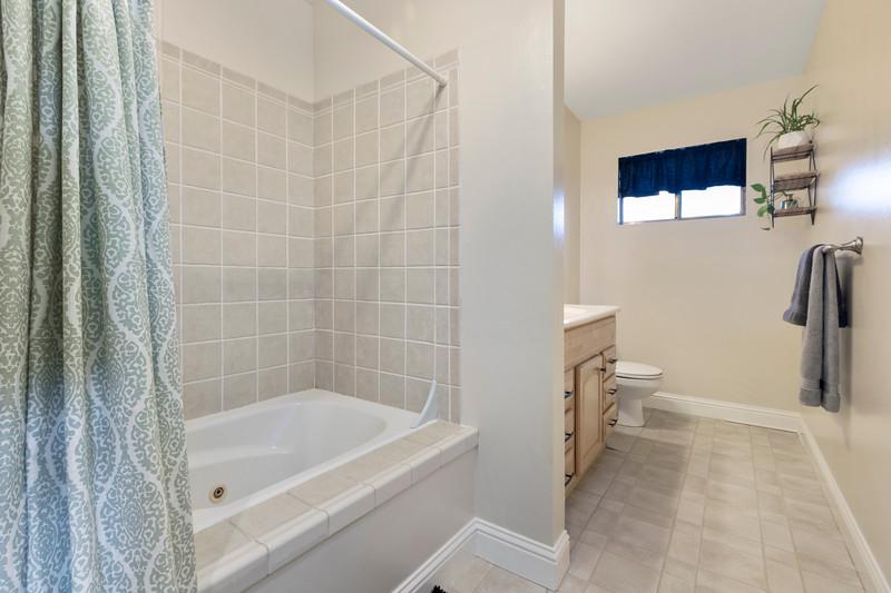 4505 Lobos 19 Guest Bath.jpg
