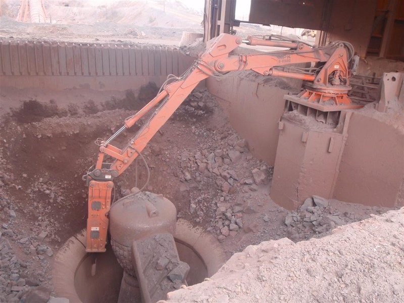 NPK B6500 pedestal boom system with GH10 hydraulic hammer-secondary rock breaking (2).JPG