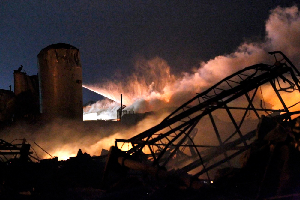 . Smoke rises as water is sprayed at the burning remains of a fertilizer plant after an explosion at the plant in the town of West, near Waco, Texas early April 18, 2013. The deadly explosion ripped through the fertilizer plant late on Wednesday, injuring more than 100 people, leveling dozens of homes and damaging other buildings including a school and nursing home, authorities said.  REUTERS/Mike Stone