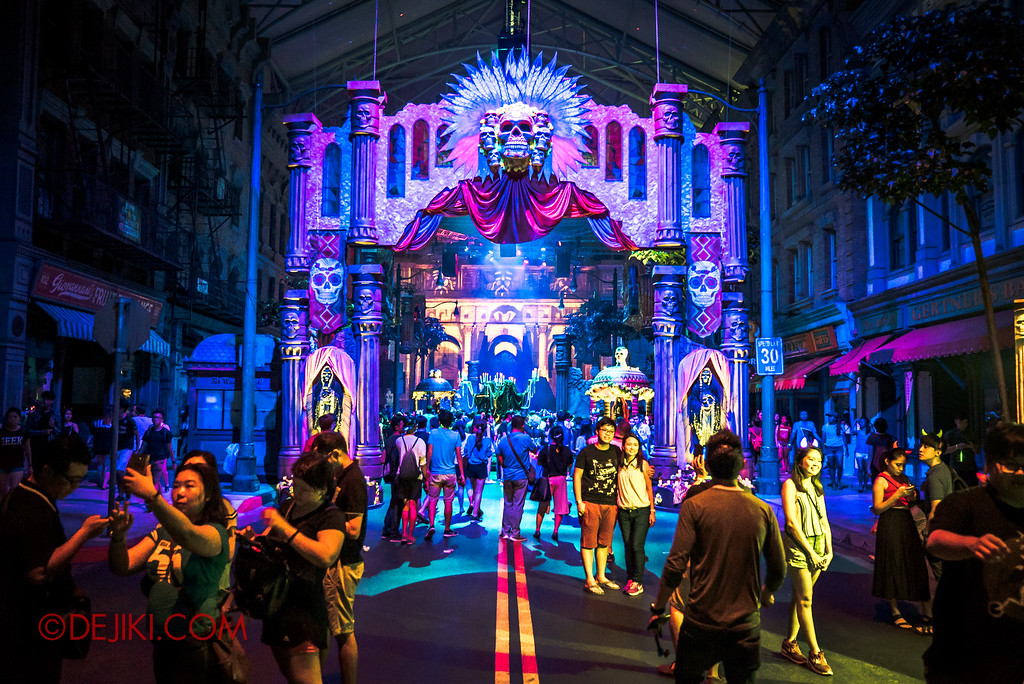 Halloween Horror Nights 6 - March of the Dead scare zone gate