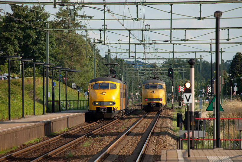 Plan Vs meet at Bunde station. The departing train has gotten the platform starter signal ('V' - vertrek).
