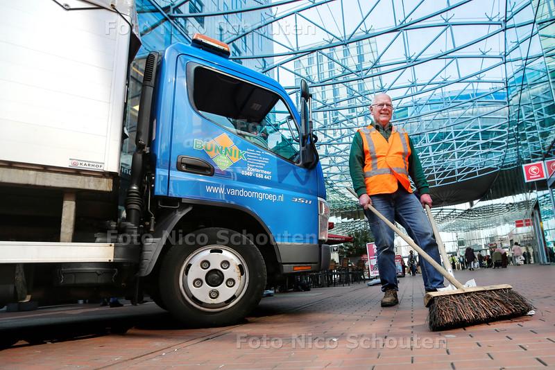 Theo van der Hoeven houdt al 32 jaar het Stadshart schoon. Vrijdag gaat hij met pensioen - ZOETERMEER 9 APRIL 2015 - FOTO NICO SCHOUTEN