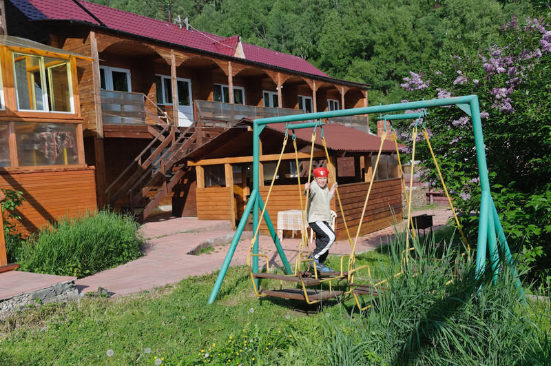 Im Garten vor unserem Hotel in Listvyanka warten wir auf unseren Transport nach Irkutsk.