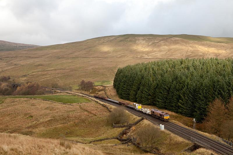 EWS 66122 with the 6K05 engineering train at Blea Moor tunnel.
