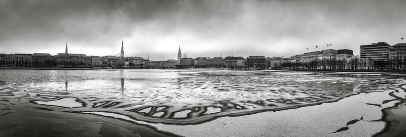 Binnenalster mit Eis im Winter Panorama schwarz-weiß