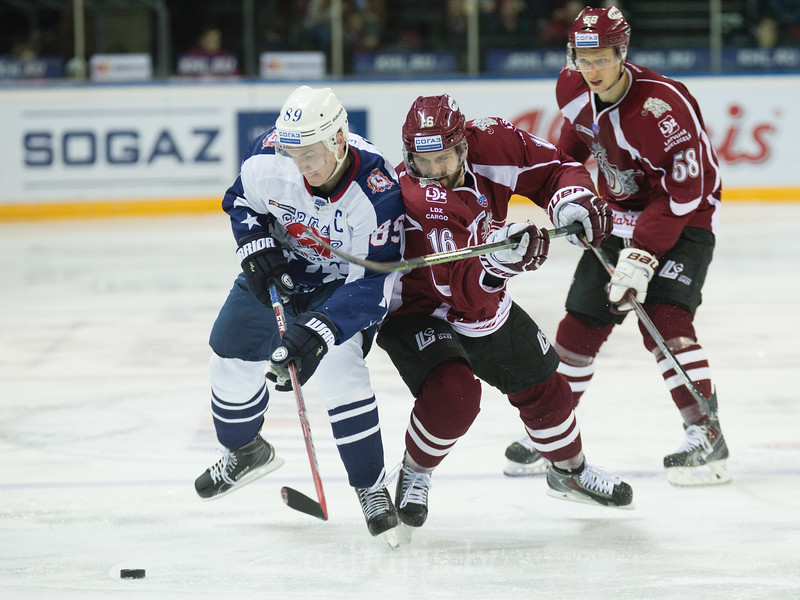 Steven Seigo (16) fails to protect the puck from Alexei Potapov (89) of Torpedo Nizhny Novgorod