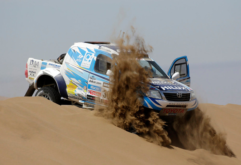 . Argentina\'s Lucio Ezequiel Alvarez and co-pilot Bernardo Rolando Graue compete with their Toyota car during the 6th stage of the Dakar Rally from Arica to Calama, January 10, 2013.  Picture taken January 10, 2013.  REUTERS/Jacky Naegelen
