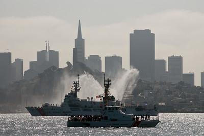 Deshalb heißt es Fleet Week: Vor dem Beginn der Luftakrobatik feiert die Navy am Samstag eine Flottenparade. Hier Schiffe der Küstenwacht vor der Silhouette San Franciscos.