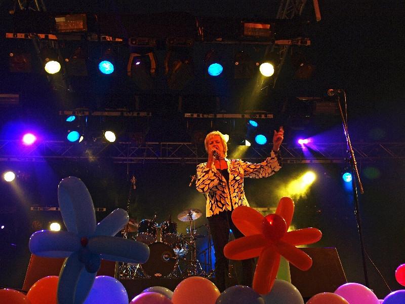 Ria Valk - Bijklussen op 97-jarige leeftijd op het Dickie Woodstock 06-08-10.jpg