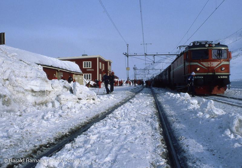 Bjørnfjell stasjon, tog klar for avgang med skipassasjerer mot Narvik.