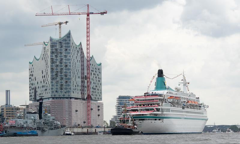 Kreuzfahrtschiff Albatros mit BUGSIER 5 vor der Elbephilharmonie Hamburger Hafengeburtstag
