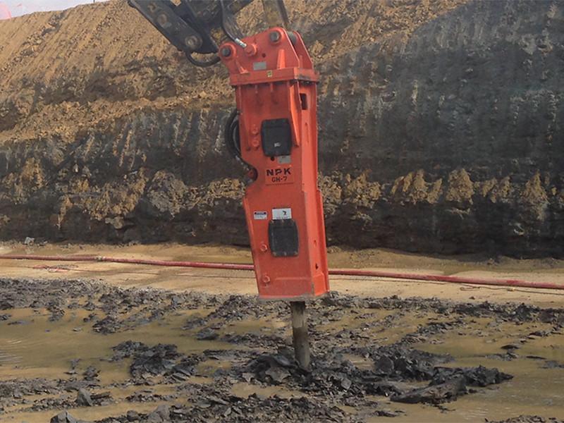 NPK GH7 hydraulic hammer on Kobelco excavator (3).jpg
