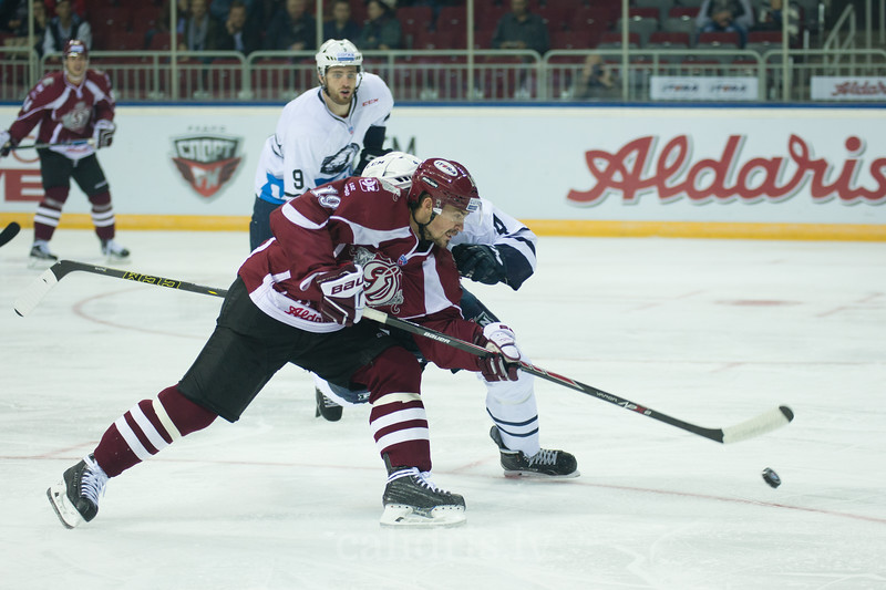 Mikelis Redlihs (19) of Dinamo Riga controls the puck