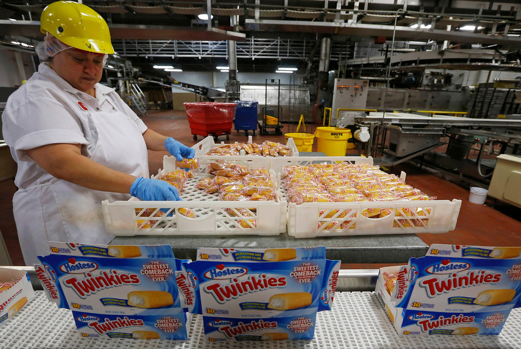 ". A worker boxes up ""Twinkies\"" at a plant in Schiller Park, Illinois, July 15, 2013.  REUTERS/Jim Young"