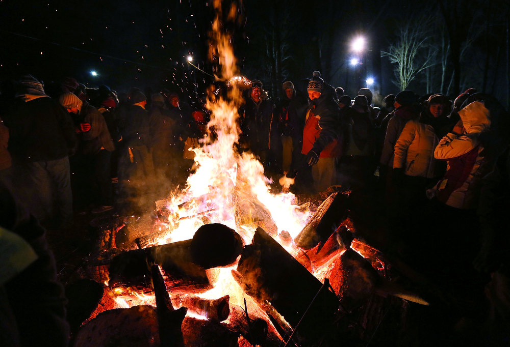 . A crowd surround a fire to keep themselves warm during the 127th Groundhog Day Celebration at Gobbler�s Knob on February 2, 2013 in Punxsutawney, Pennsylvania. Thousands of people gathered at the event to watch Phil\'s annual forecast.  (Photo by Alex Wong/Getty Images)