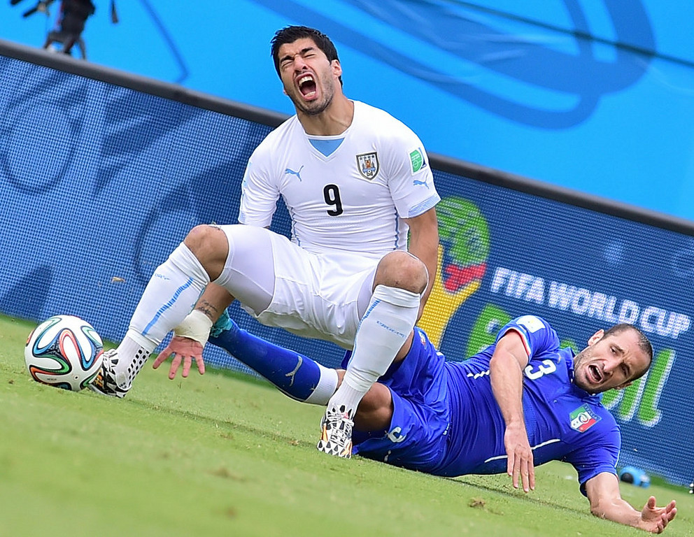 . Uruguay\'s forward Luis Suarez (L) and Italy\'s defender Giorgio Chiellini vie during the Group D football match between Italy and Uruguay at the Dunas Arena in Natal during the 2014 FIFA World Cup on June 24, 2014.  GIUSEPPE CACACE/AFP/Getty Images