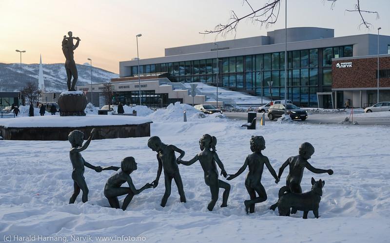 Lekende barn i snøen