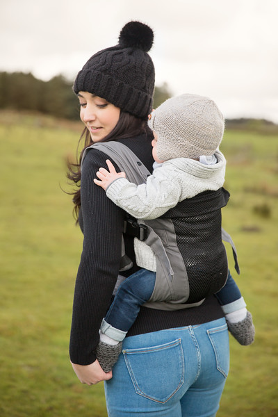 Izmi_Baby_Carrier_Breeze_Mid_Grey_Lifestyle_Back_Carry_Mum_Looking_Behind.jpg