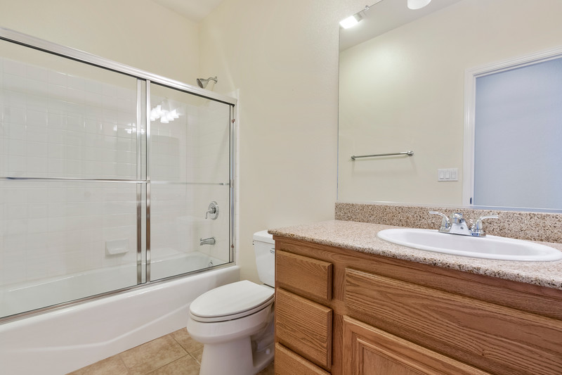 299 Montebello Oaks 24 Guest Bath.jpg