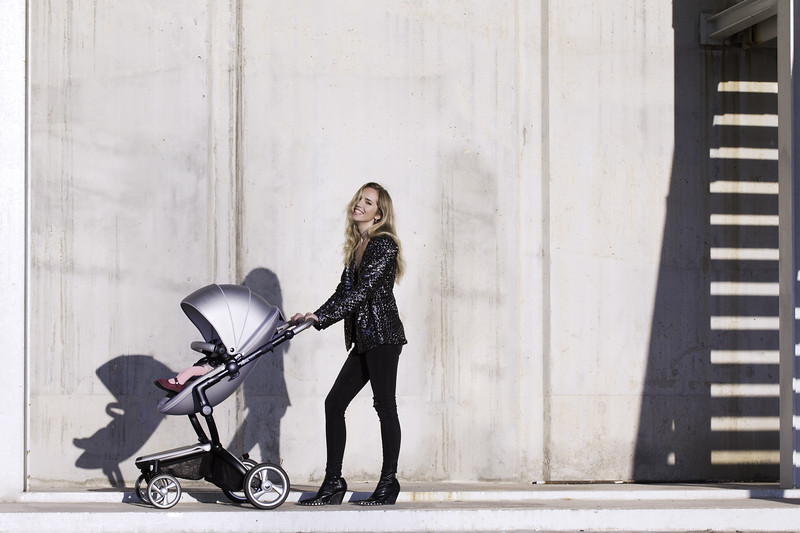 Mima_Xari_Lifestyle_Argento_Black_Chassis_Pod_Mum_Standing_With_Baby_Looking_At_Camera.jpg