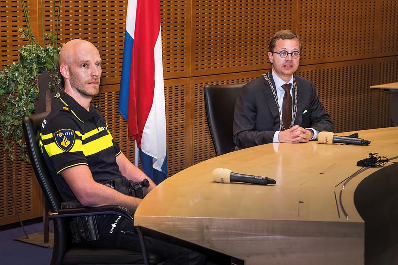 Sander Groenewoud, teamchef politie Zuidwest Drenthe en burgemeester Richard Korteland van Meppel verrichten de opening van het verplaatste politiebureau in Meppel.