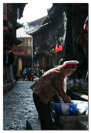 In Lijiang  peopel do everything on the street. This lady washed her cloths in the moring sun.