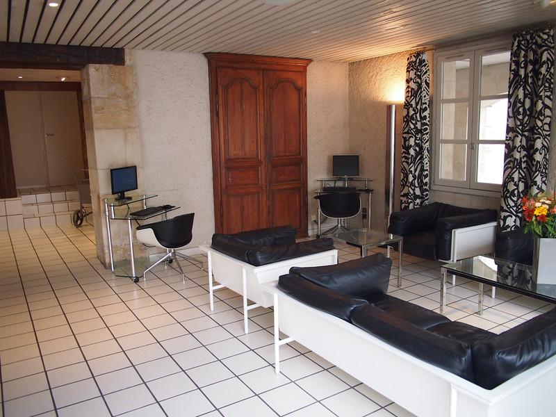 P7246057-lounge.JPG
