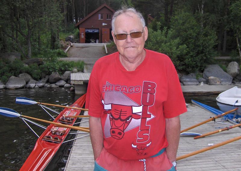 Pensjonistroer Magne Frøiland hjelper de nye med båtene