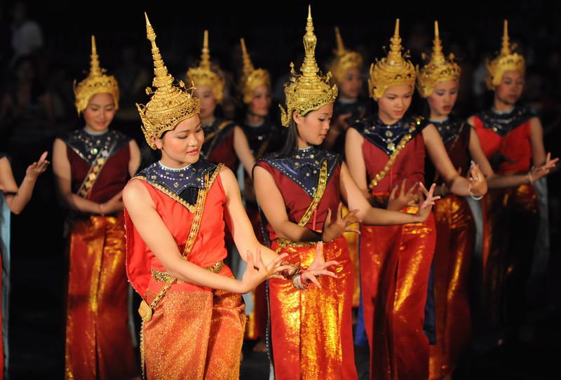 Abendliche Tanzdarbietung im Wat May im Rahmen des traditionellen laotischen Neujahrsfests im April