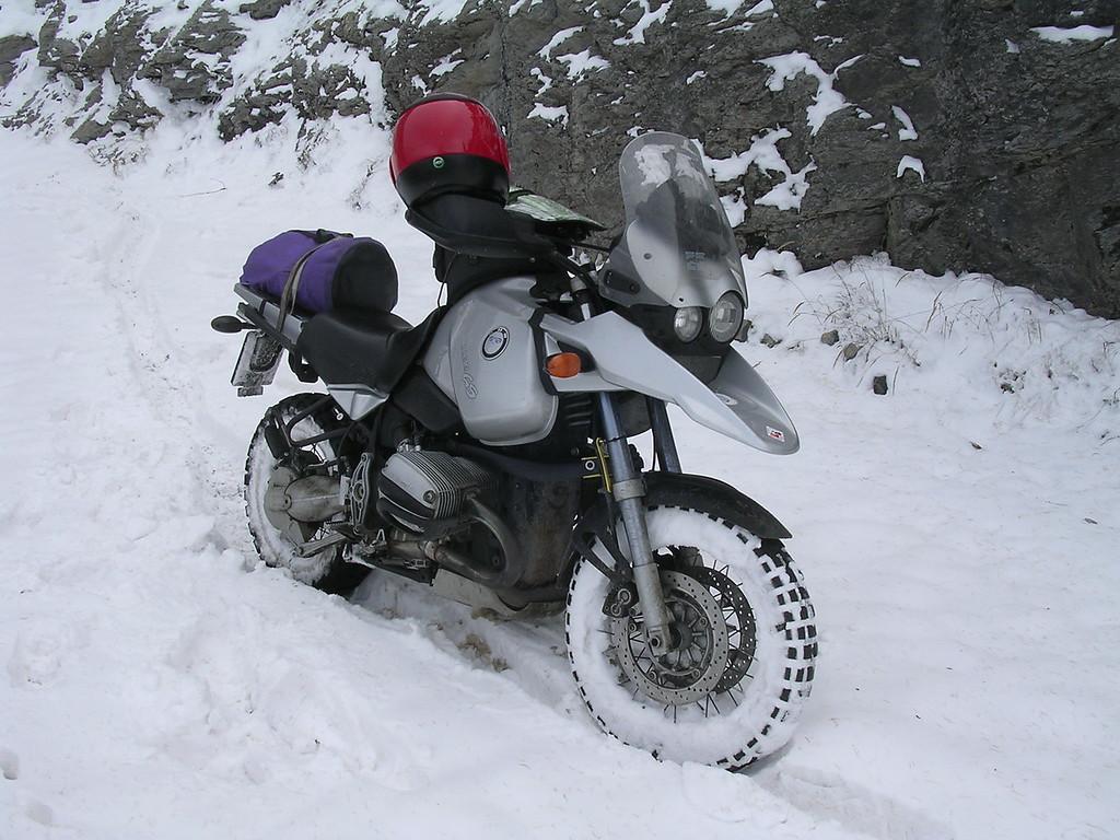 Rijden op verse sneeuw lukt eigenlijk behoorlijk goed. Zolang je alles heel traag en beheerst doet