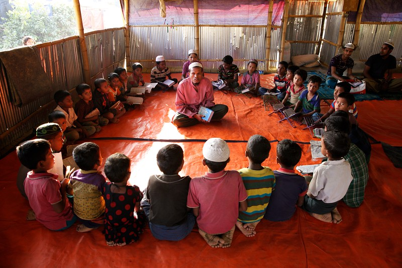 0186-0197Rohingya children learn to recite religious scripture after school at the Balukhali makeshift settlement in Ukhia, Cox's Bazar, Bangladesh.     Photo: UNICEF / b.a.sujaN/Map