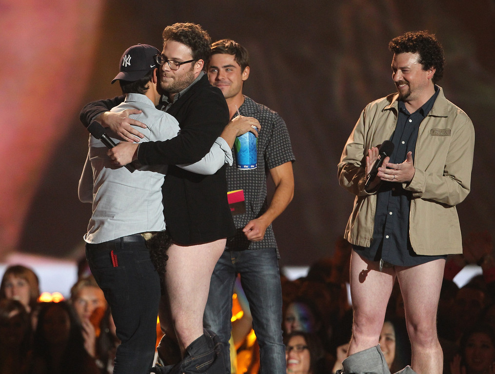 """. Taylor Lautner accepts the award for best shirtless performance for \""""The Twilight Saga: Breaking Dawn - Part 2\"""" from Seth Rogen, Zac Efron and Danny McBride, from left, at the MTV Movie Awards in Sony Pictures Studio Lot in Culver City, Calif., on Sunday April 14, 2013. (Photo by Matt Sayles/Invision /AP)"""