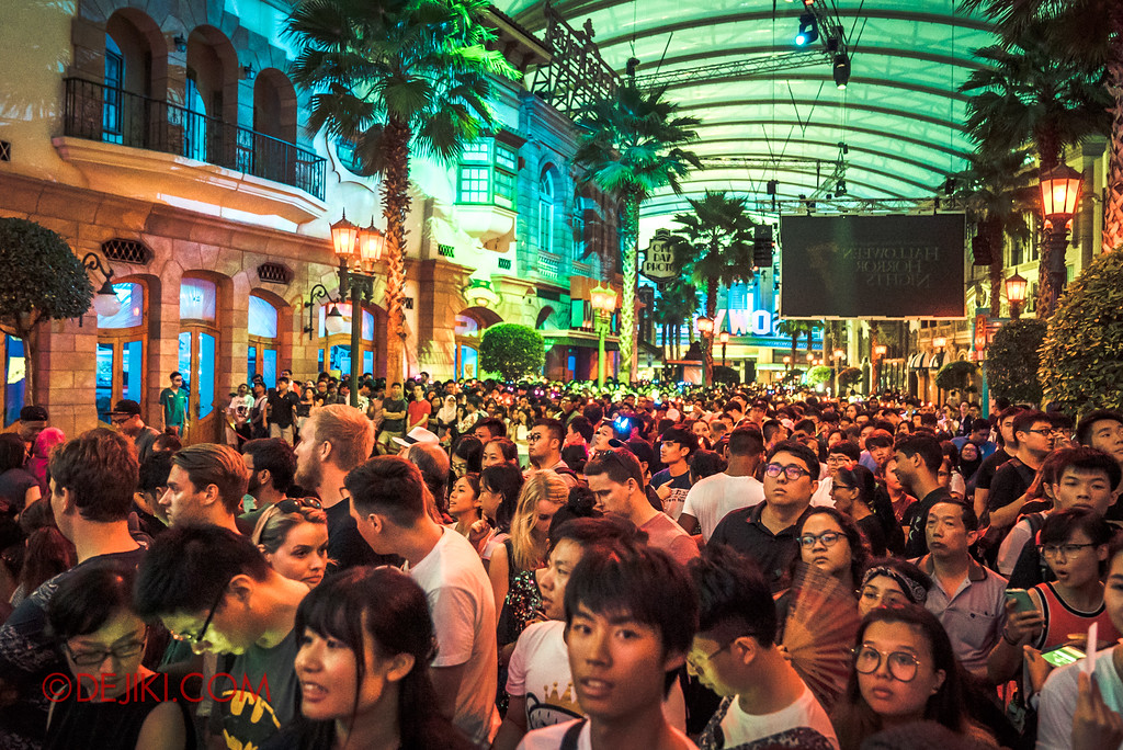 Halloween Horror Nights 7 Opening Scaremony crowd