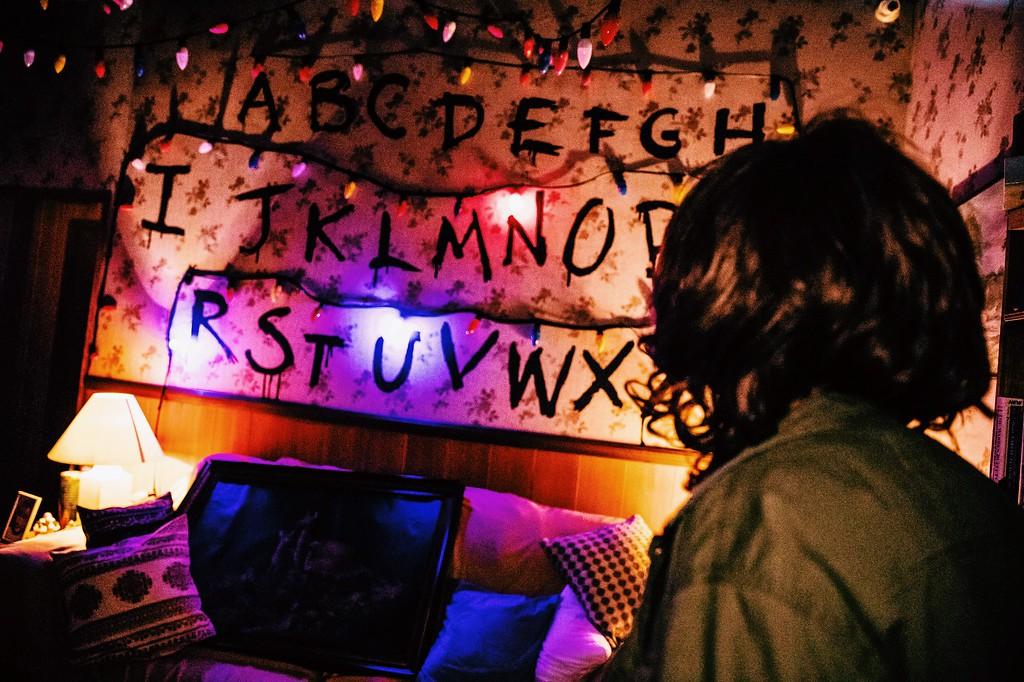 USS Halloween Horror Nights 8 Stranger Things haunted house maze PREVIEW Living Room Joyce Byers Christmas Lights RUN