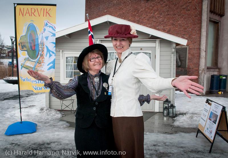 Informasjons-barakken på torget. Her får man all informasjon og billetter. Til venstre Tove Olga Refsnes og til høyre Kirsti Myrland.