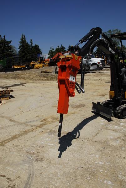 NPK PH07 hydraulic hammer on Deere mini excavator (12).JPG