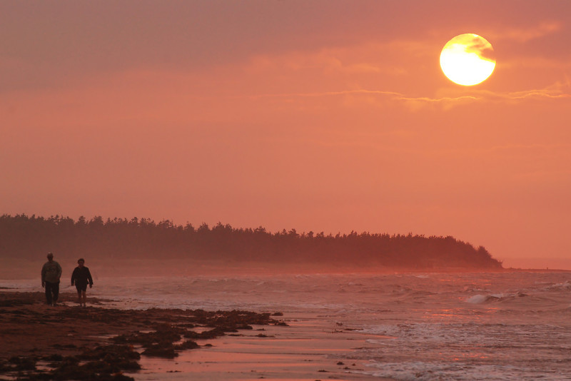 Marche sur la plage au coucher de soleil - Parc national de l'Île-du-Prince-Édouard