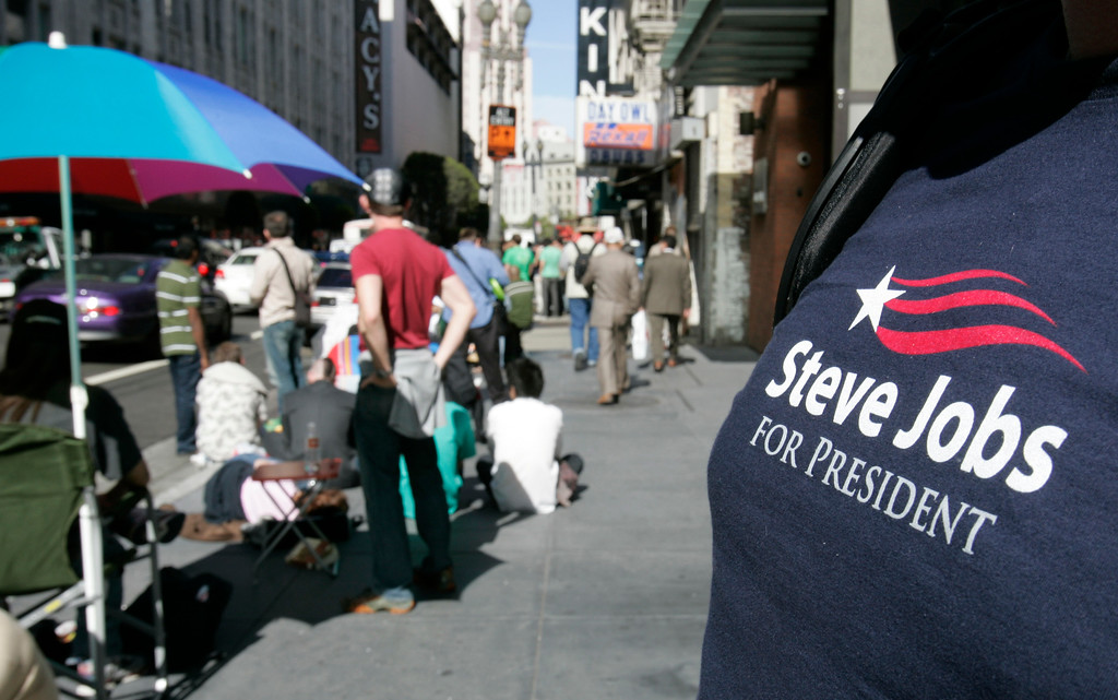 . Apple customer Amo Gourdol wears a shirt about Apple CEO Steve Jobs as he waits in line to purchase the new Apple  iPhone in San Francisco, Friday June 29, 2007. (AP Photo/Paul Sakuma)