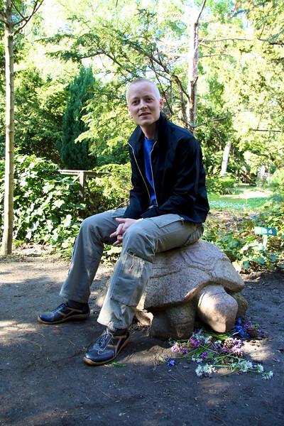 Assistens Kirkegård - maj 2006 Søren sitting on the grave of Hans Scherfig