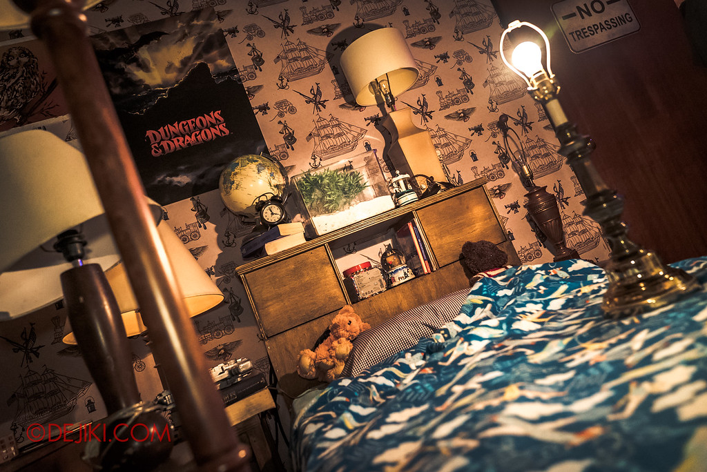 USS Halloween Horror Nights 8 Stranger Things haunted house maze - Will's Bedroom flickering lights
