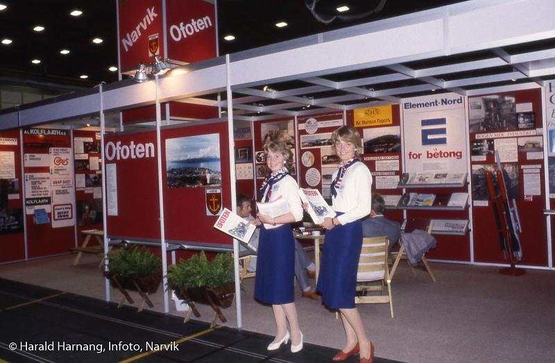 Nord-Norge-messa 1983, produsert for Ofoten Næringsråd av ingeniørirma Sneve og reklamebyrpet Infoto. På bildet vertinner, fra v. Solveig Ellila og Siv Remen. Foto Harald Harnang.