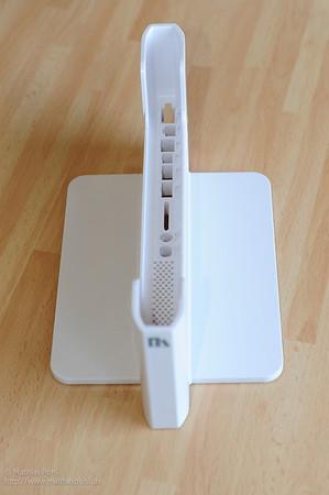 Erste Kontaktaufnahme: Eigentlich ist dieses weiße Teil schon alles. Fast. In der Zubehörbox kommen noch ein paar spezielle Kabel und Verschraubungen dazu, fertig ist die Dockingstation für Macbook / Macbook Pro.