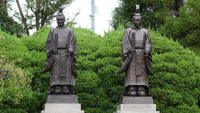 Statues of Lords Yuusai and Tadatoshi Hosokawa