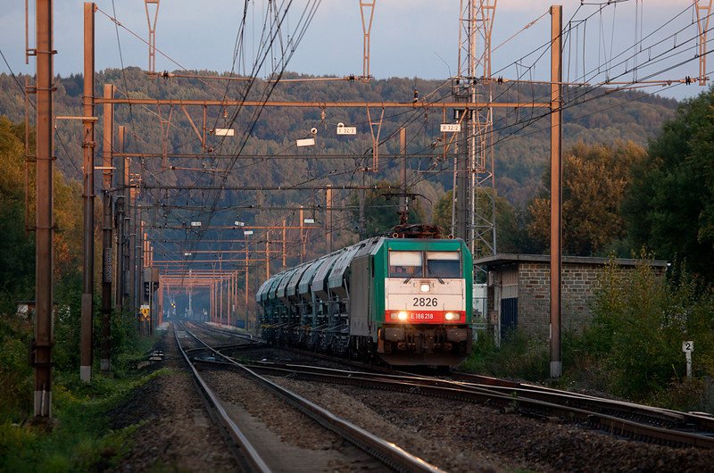 2826 powers the empty limestone train 48566 (Oberhausen/D - Hermalle s/Huy) across the Remersdal viaduct in the last rays of daylight.
