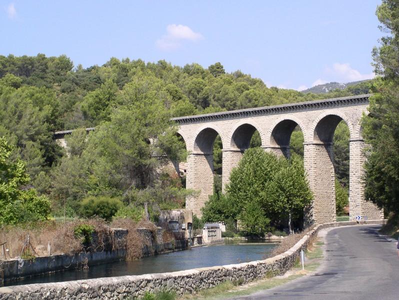 roman aquaduct fountaine de vaucluse.JPG