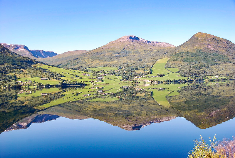 Perfect Reflection, Grasland in Norway